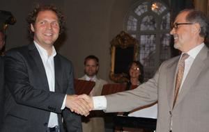 Kompositören Johan Ederfors och Octavas dirigent Henry Åkerlund tackar varandra efter uruppförandet av Ederfors