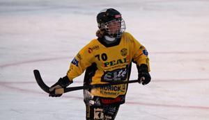 18-årige Gustav Eriksson i Köping, en av de bästa på planen i mötet med SIF Norrtelje på bortais. Snabb, kreativ och med skridskorna ständigt i rörelse.