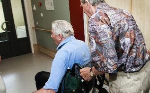 När en man i rullstol fastnar framför oss tar Bengt genast tag i rullstolen. Foto: Mikael Forslund