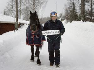 Jan-Olov Persson och Järvsöfaks efter den väg som kommer att få namnet Järvsöfaks väg.