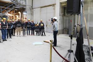 Kvalitetschefen Helena Bergmark visade och berättade om produktionen vid maskinen PM 5, som är en av två pappersmaskiner på Billerud Korsnäs i Bomhus.