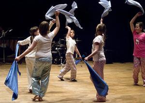 Det finns olika dansgrupper inom Kulturskolans verksamheter. Bland utbudet som erbjuds är jazzdans, streetdans och pardans populära danser.