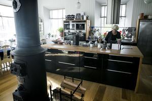 Köksön slukar porslin och matvaror, här behövs inga hyllor längs väggarna.