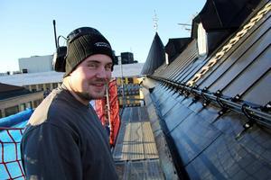 Marc Björnlund på färdiga taksidan mot söder.
