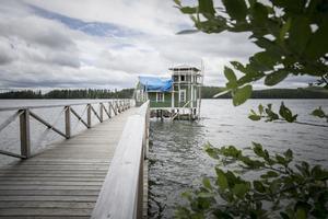 Den nybyggda bryggan leder ut mot kallbadhuset som står cirka 30 meter ut i Revsundsjön.