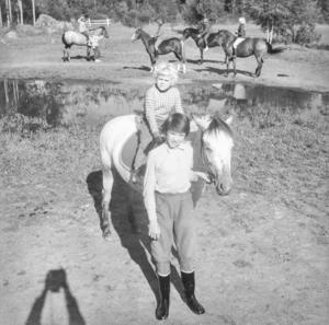 Sexåriga Gun Strandberg sitter tryggt på ryggen på nyförvärvet Zea när