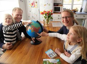 Familjen Forsén - Edith, Martin, Anna och Nora - i Lövvik, Nora, under förberedelserna för att flytta till Laos där de  bor och arbetar sedan tre år.  Arkivfoto: Erik Åmell