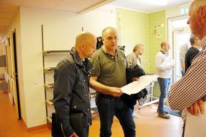 Besiktning. Mattias Looström och Olov Nilsson diskuterar med byggledaren Kjell-Arne Andersson från Abacum på slutbesiktningen av nya Lindåsens skola och förskola.
