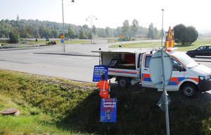 Erik Gabrielsson tar bort valaffischer som stått fel, olagligt och trafikfarligt i Birsta och den senaste veckan har han kört in massor med skyltar till lagret i Timrå.
