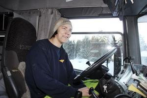 Robin Hellström plogar vanligtvis gatorna. Men när det är uppehåll passar han på att köra extra och frakta snö till tippen.