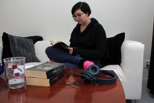 Hon läser mycket, berättar Daniella Sandberg som har inrett en hörna för sig och böckerna.