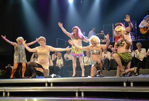 """Avklätt. Andratenorerna var alla klädda som """"Sofior"""" när de sjöng """"När Sofia dansar gogo"""" i sitt nummer. Efter hand blev det mer lättklätt, som framkallade stora applåder från publiken."""