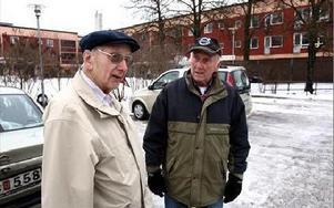 Ingvar Nygren och Bengt Nilsson konstaterar att förr var ett jobb på Domnarvet, Kvarnsveden eller kommunen ett säkert jobb till döddagar. FOTO: JOHNNY FREDBORG