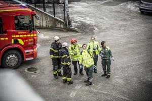 Ambulanssjukvårdare informerar räddningsledaren om läget.