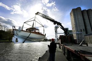 Stora båtar sjösätts vid kajen i Norrtälje hamn. Här är det Bernt Nystrands nyrustade eksnipa som lyfts ner i vattnet med hjälp av Johan Rudefors kranbil. På bilden Börje Jonsson som hjälper till med tåtarna.