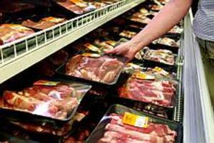 Foto: GUN WIGH Känsligt. Färskt kött är ett av de livsmedel som man ska vara särskilt försiktig med när det är så varmt ute som nu. Tänk på att det fort blir uppemot 50 grader varmt i en parkerad bil. En kylväska för hemtransporten från affären är inte fel.