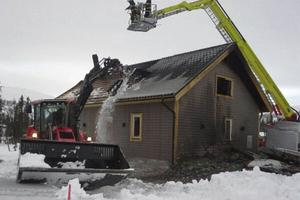 Huset blev illa skadat i branden. Räddningstjänsten lyfte av takplåtarna för att komma åt att släcka.