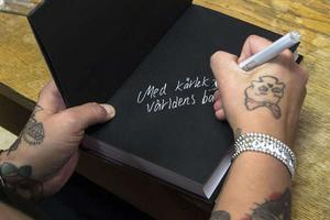 Anna-Lena Joners Larsson signerar sin bok på Helins bokhandel.