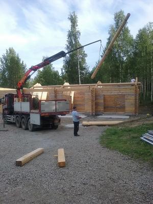 Först ska huset byggas upp, sedan monteras ner, för att slutligen monteras upp igen. Harry är med vid alla moment.