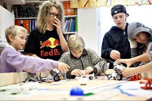 Filip Heidenbeck, Jonathan Ahrimaa, David Stålbring, Daniel Evertsson och Jörgen Henao finjusterar roboten som ska klara en rad olika uppgifter.