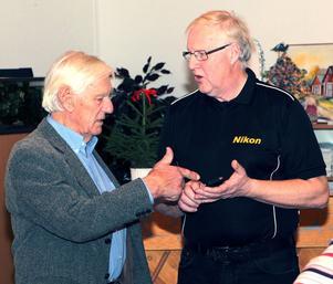 Håkan Karlsson (till höger) diskuterade stämningar inaturen med Sixten Jonsson, trogen kafébesökare och känd naturfotograf från bygden.