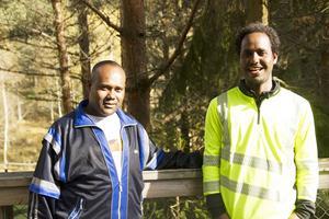 Zemuy Yemane till vänster och Tsehaye Mikeal till höger från Eritrea tycker det ska bli spännande att se björnar och kanske en lokatt.