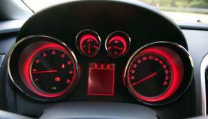 Väljer du sportläget i det adaptiva chassisystemet FlexRide byter instrumenttavlorna färg och lyser röda.