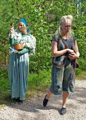 Fen Gullfina och Stor-Putte och delar ut minnespärlor för att besökarna ska komma ihåg dem när de försöker att svara på jätten Hjärtegulls fråga