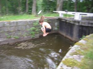 Svante hoppar i slussen i Åstorp.
