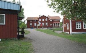 En gemytlig lantlig miljö med flera skolbyggnader. Men skolan är sliten och för liten, när nu elevantalet växer.FOTO: PER EKLUND
