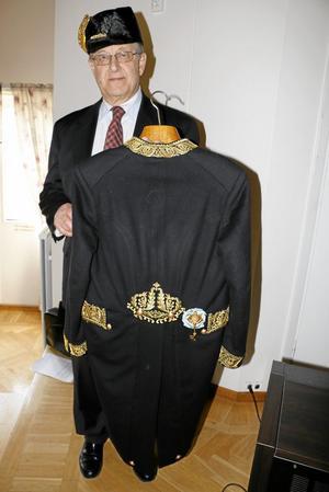 Kammarherre. Bruksdisponent Gustav Svensson är också kammarherre vid hovet, och på söndagseftermiddagen berättade han om det och visade sin hovuniform i Kräcklingegården. Foto: Katarina Hanslep