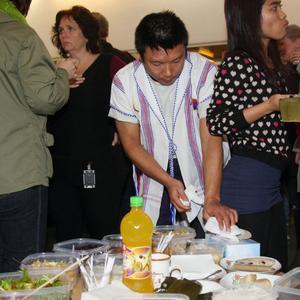 Maträtter från olika kulturer fanns uppdukade och besök- arna provsmakade glatt.