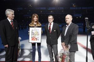 Gratulerade. Arbetarbladets chefredaktör Sven Johansson, till höger, överräckte framsidan till Sportens hundraårsbilaga (som även du har nu) innan match.