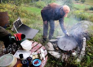 Det blir en lättlagad lunch på öppen eld när Mats Jäderberg, Hudiksvall, kockar på vilt.