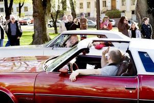 ÅTERSEENDEN. Många av cruising-deltagarna känner varandra sedan tidigare och hälsar glatt på varandra i bilköerna.