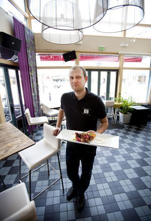 Daniel Carlsson, delägare på Brända Bocken tycker att personalen på plats gjorde vad de kunde för att hjälpa till när Pia Jansson satte en köttbit i halsen.