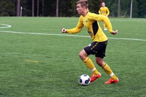 Mikael Sellin höll sig framme några gånger mot Kubikenborg men hittade inte nätet. Nästa helg är han avstängd efter tre gula kort.