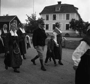 Författaren Albert Viksten i ett sällskap på väg till sommarfest på hembygdsgården i Färila 1060.