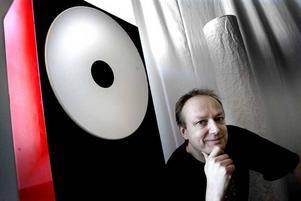 Och hör sen! Ljudkonnässören Mikael Strömberg från Gävle har skrivit en bok som vidgar läsarens öron.Foto:  Britt Mattsson