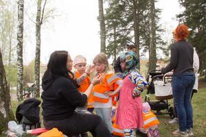 Förskolläraren Emma Westlund sminkade Novaliie, Jakob och Sahra tittade på.