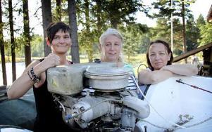 Från vänster: Linda Rus, Åsa Laurentz och Marie Lekare, som alla fyra gör debut i Modell Ä-racet där båtarna är utrustade med motorer tillverkad på 1950-talet och tidigare. Foto: Frank Elfstedt