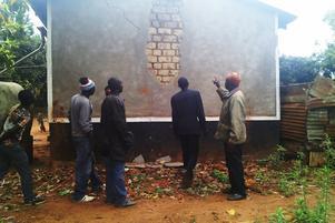 Flera byggnader som tillhör Tweyambeskolan skadades i jordbävningen.