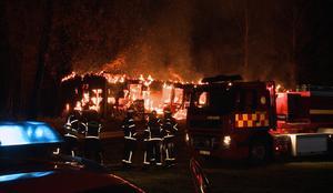 Byggnaden var övertänd när räddningstjänsten anlände.