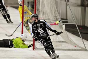 Brobergs målvakt Henrik Rehnvall tittar uppgivet efter bollen i mål när siffrorna rann i väg i den andra halvleken.