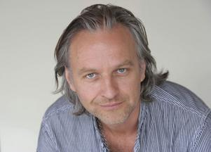 """Björn Kjellman spelar en av dragdrottningarna i """"Priscilla""""."""