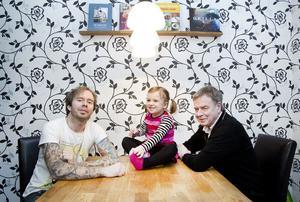 Andreas fyller 33, Alva fyller tre och Lennart fyller 64. Tillsammans fyller de 100 år i dag måndag. Andreas är Alvas morbror och Lennart är hennes morfar.
