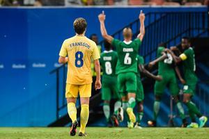 Sveriges Alexander Fransson och Alexander Milosevic tittar besviket på jublande Nigeria som just tagit ledningen med 1-0 i första halvleken i matchen mellan Sverige och Nigeria i OS fotbollen på Arena da Amazonia i Manaus.