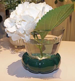 Designer Anna Kraiz har tagit fram en serie vaser för Målerås glasbruk som hon kallar