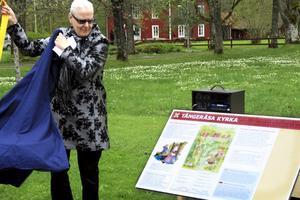 Invigning. Landshövding Rose-Marie Frebran invigde den nya informationsskylten om Tångeråsa kyrka – en unik kyrka i länet.BILD: JESSICA UHLIN