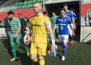 Tommy Naurin kliver in till match mot Cornellà med kaptensbindeln kring vänster arm.